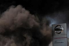 GRAFCAT7447. BARCELONA (ESPAÑA).- Decenas de trabajadores de la fábrica de lt;HIT gt;Nissan lt;/HIT gt; en la Zona Franca de Barcelona se han concentrado este jueves ante la planta y han quemado neumáticos en el marco de sus protestas tras el anuncio del cierre realizado por la multinacional.