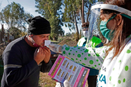 Una enfermera realiza un test de olfato a un residente de un barrio cercano a La Plata.