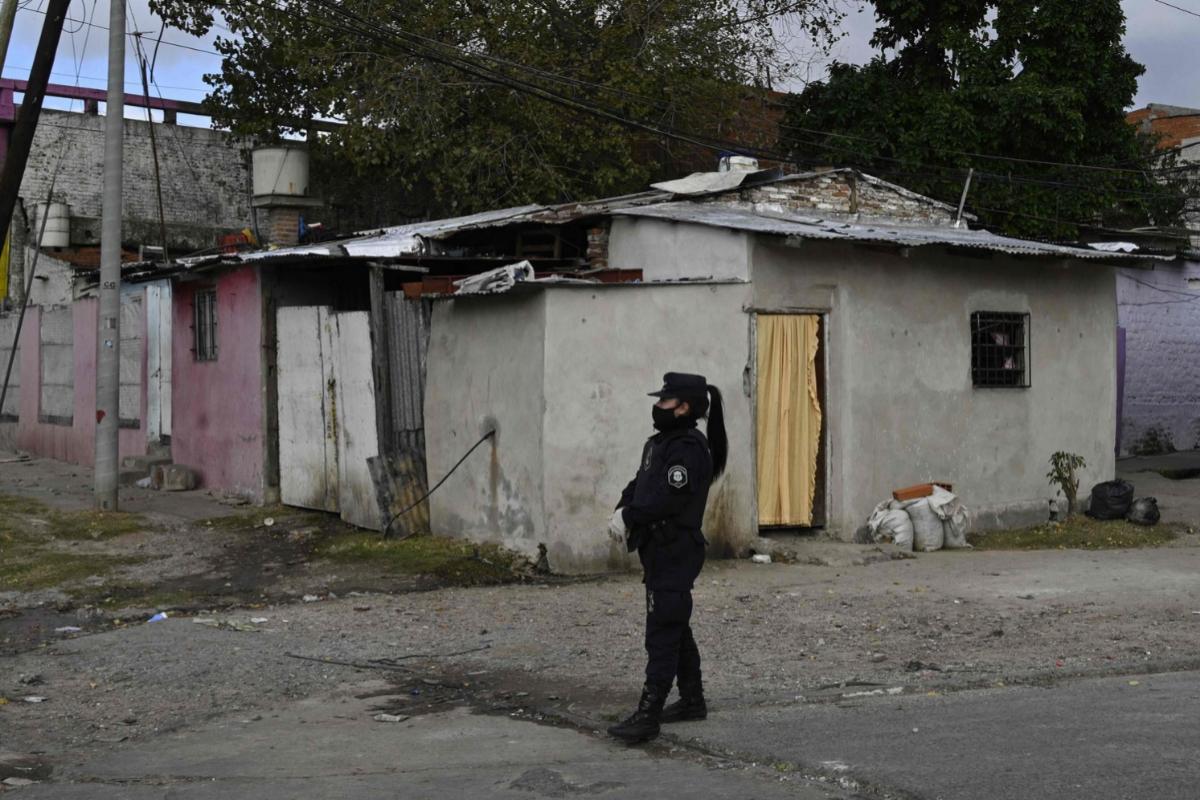 Una policía realiza una guardia en un acceso a Barrio Azul, en Buenos Aires.