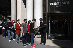 Paris (France).- A security member offers hand sanitizer to customers wearing face masks during the reopening of the Printemps store in Paris, France, 28 May 2020. The printemps store like other non-essential shops were closed during the lockdown in an attempt to stop the widespread of the SARS-CoV-2 coronavirus causing the COVID-19 disease. (Abierto, Francia) EPA/ lt;HIT gt;YOAN lt;/HIT gt; lt;HIT gt;VALAT lt;/HIT gt;