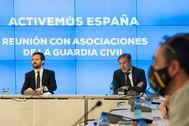 Pablo Casado, entre los 'populares' Ana Vázquez y Enrique López, durante la reunión con las 10 grandes asociaciones de la Guardia Civil, ayer en la sede del PP.