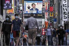 Shinzo Abe, en una pantalla en una concurrida calle de la ciudad nipona de Kabukicho.