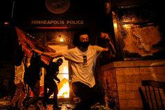 Los manifestantes incendian una comisaría de policía en Minneapolis.