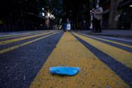 Guantes y mascarillas desechados en el suelo de la vía pública de Barcelona.