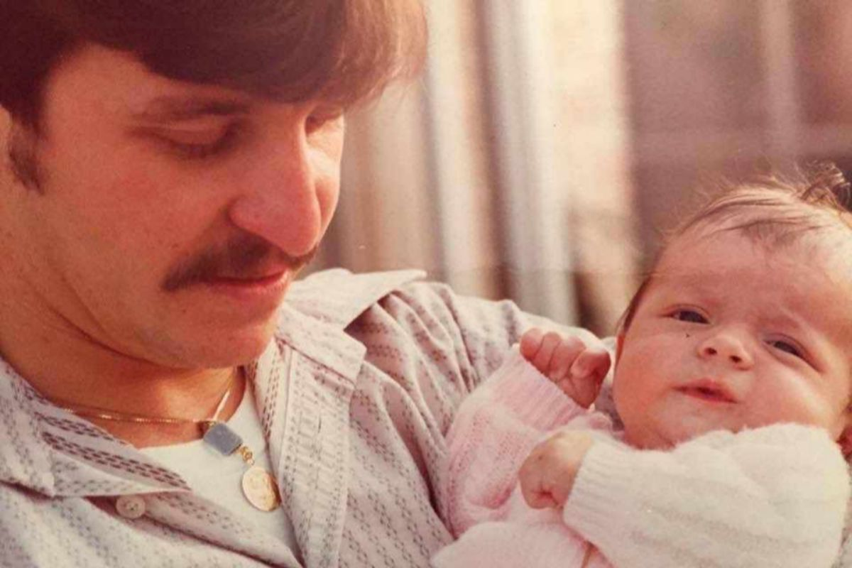 Con su hija Rebeca, recién nacida, en 1976.