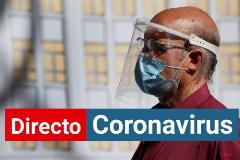 Coronavirus España | Un ciudadano lleva mascarilla y pantalla protectora mientras camina por Madrid