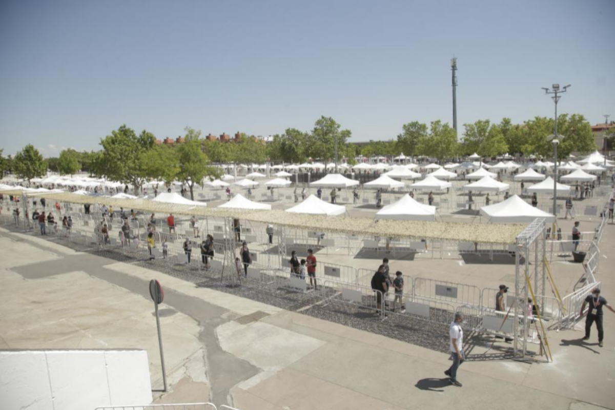 Varias filas de vallas colocadas en el recinto ferial para la prueba.