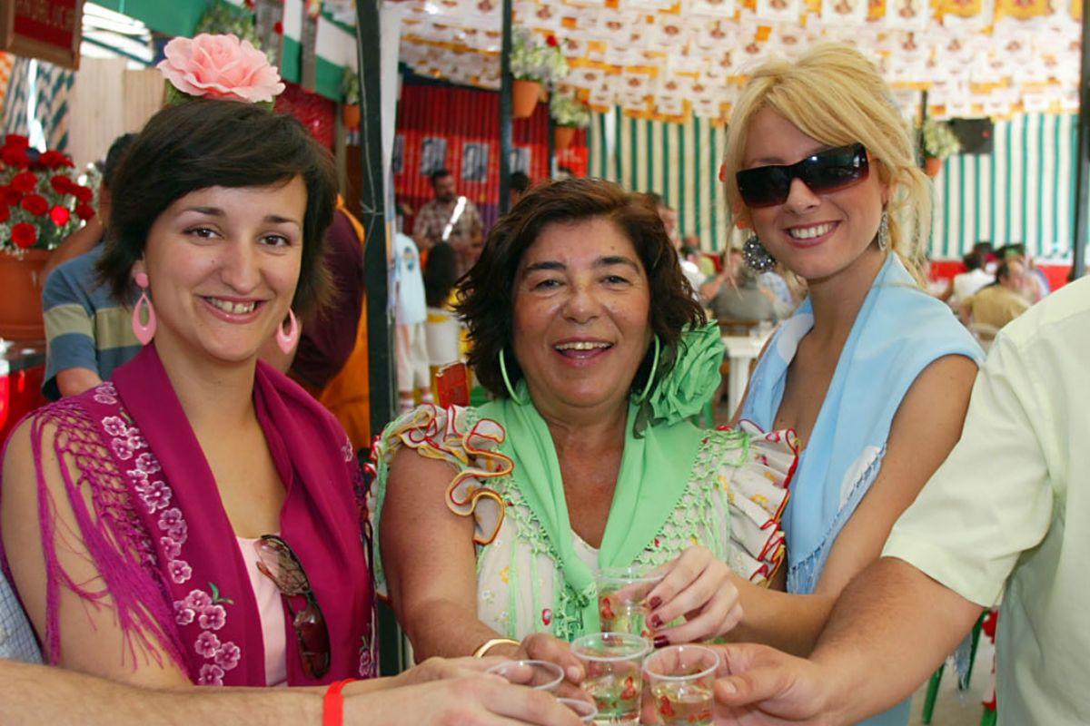 Julia Hidalgo (centro), madre de Amanda, en su Sanlúcar natal.