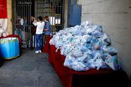 Reparto de comida en un banco de alimentos de Barcelona.