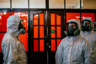 Varios trabajadores desinfectan una estación de tren en Moscú.