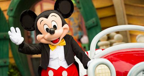 Mickey Mouse saluda en Disneyland París.