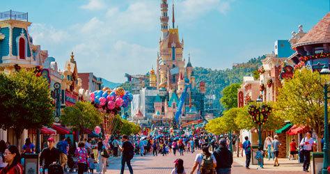 Una de las avenidas de Disneyland con el castillo de la Bella Durmiente al fondo.