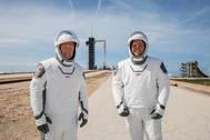 Douglas Hurley (izquierda) and Robert Behnken (derecha) con sus trajes espaciales.