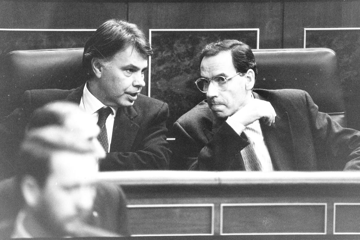 Felipe González y Alfonso Guerra en el Congreso en 1990.
