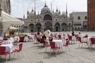 Venecia reabrió esta semana sus míticos cafés en la Plaza de San Marcos