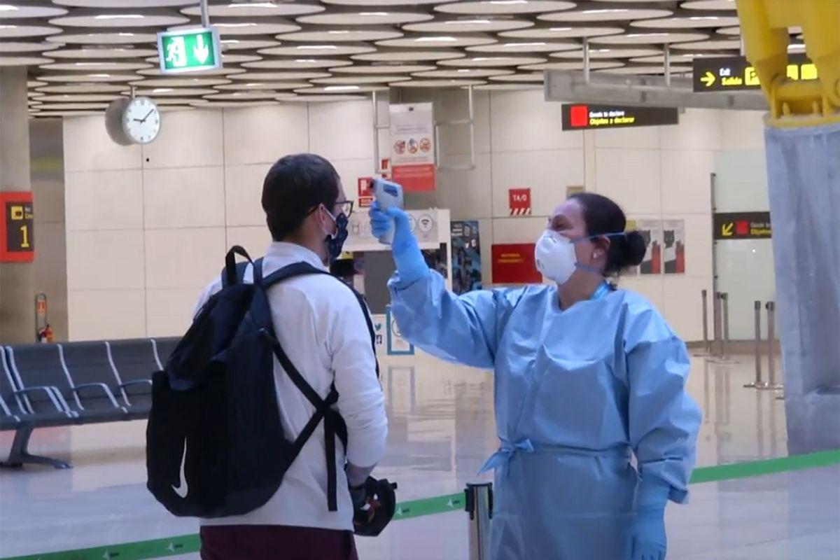 Toma de temperatura a los pasajeros de un vuelo internacional a su llegada al aeropuerto de Madrid-Barajas.