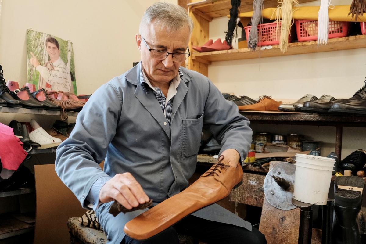 Grigore Lup trabaja en un par de sus ';zapatos de distanciamiento social';.