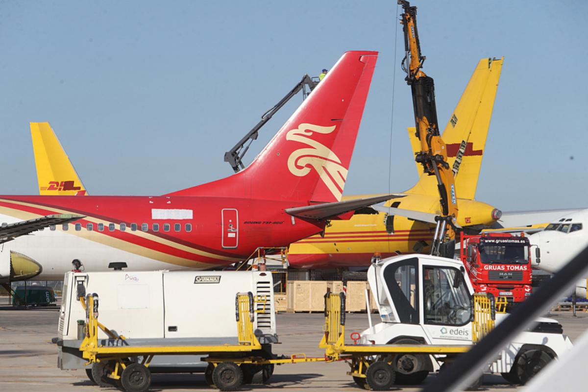 Trabajos de desmontaje de aviones en el aeropuerto.
