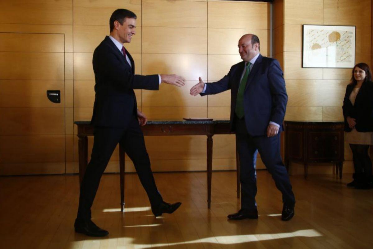 El presidente del Gobierno, Pedro Sánchez, y el presidente del PNV, Andoni Ortuzar, tras la firma del acuerdo de investidura.