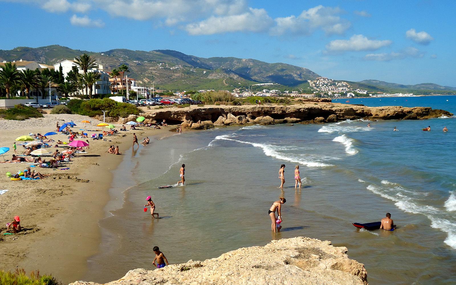 La playa de Alcossebre recibe miles de turistas en verano.