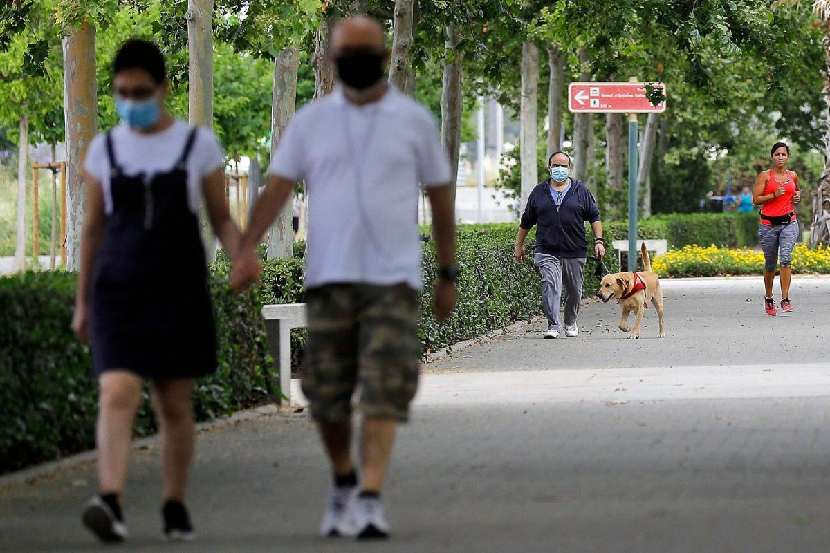 Dos personas pasean por Valencia.