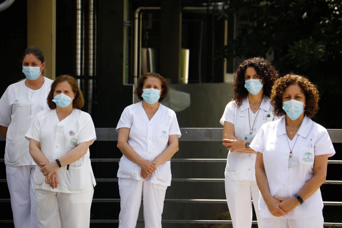 Personal sanitario de un hospital de Córdoba guarda un minuto de silencio por las víctimas del coronavirus.
