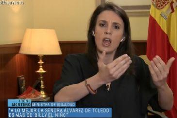 La ministra de Igualdad, Irene Montero, durante la entrevista, con la pulsera republicana en su muñeca derecha.