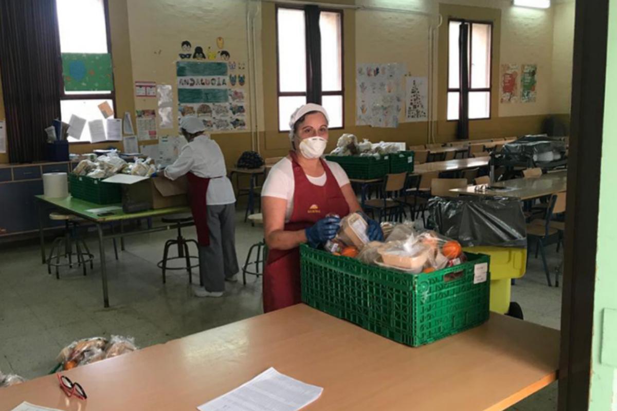 Trabajadoras de una de las empresas  que se dedican a la elaboración de los menús para repartirlos entre los alumnos con riesgo de exclusión.