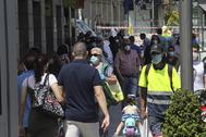 Varias personas paseaban el viernes por una calle de Ceuta.
