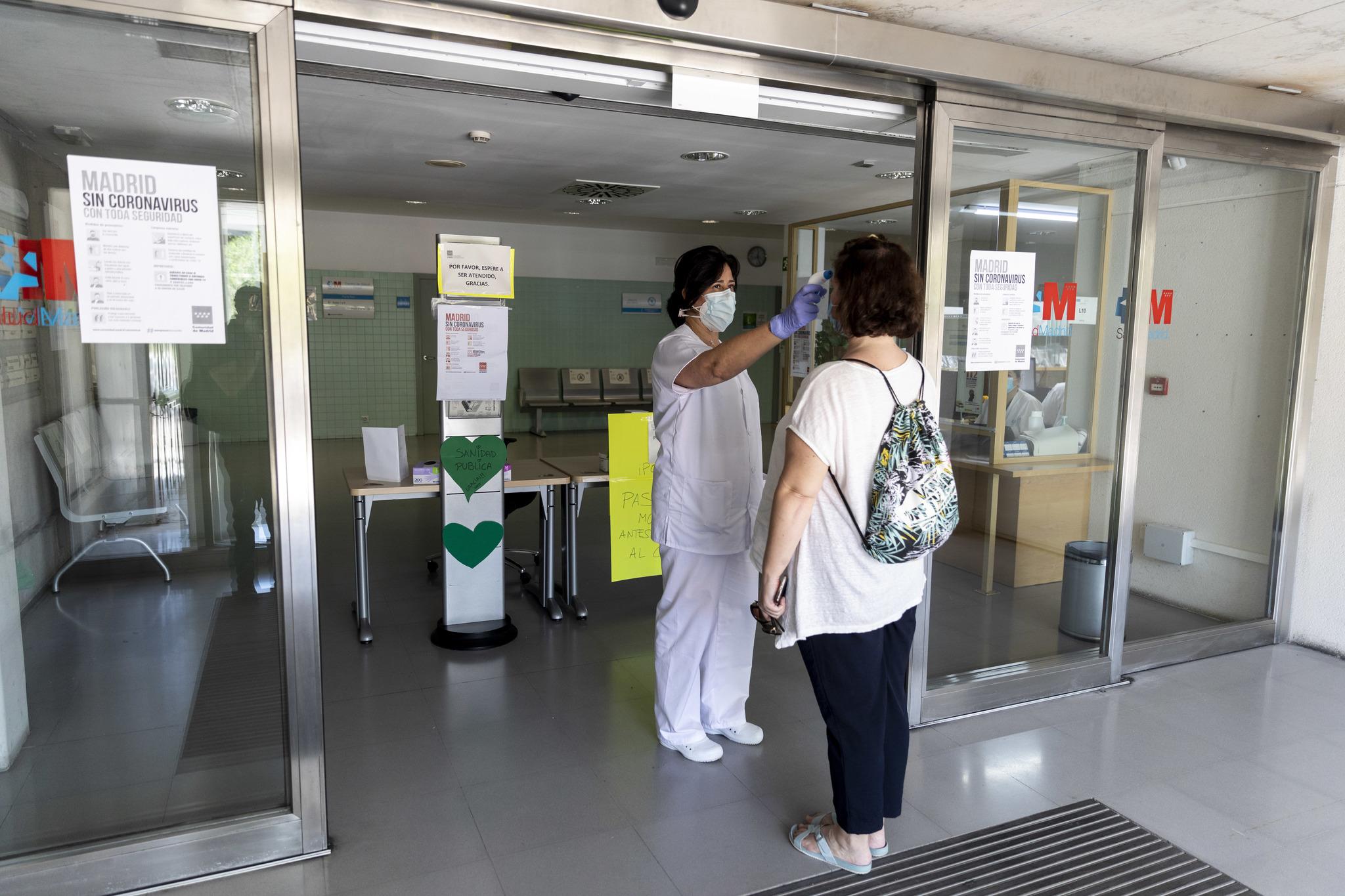 A la entrada al centro de salud se toma la temperatura al paciente.