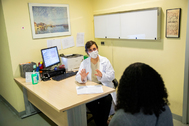 La neurologa Lucienne Costa-Frossane en su consulta en el Hospital Ramon y Cajal.