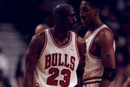 3 May 1998: lt;HIT gt;Michael lt;/HIT gt; lt;HIT gt;Jordan lt;/HIT gt; #23 bumps Scottie Pippen #33 of the Chicago Bulls during the NBA Playoffs round 1 game against the Charlotte Hornets at the United Center in Chicago, Illinois. The Bulls defeated the Hornets 83-70. **********Para Iñako, deportes