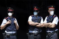 BARCELONA 23/5/2020.-Tres miembros del cuerpo policial de los lt;HIT gt;Mossos lt;/HIT gt; d,Esquadra cumplen guardia en la entrada del Palau de la Generalitat de Catalunya situado en la misma plaza de Sant Jaume de Barcelona debidamente protegidos con mascarillas, cuyo uso es obligatorio hasta que la pandemia de la COVID-19 remita claramente.