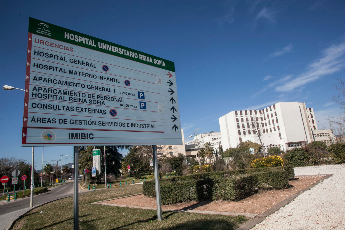 Carteles informativos en el Hospital Reina Sofía de Córdoba.