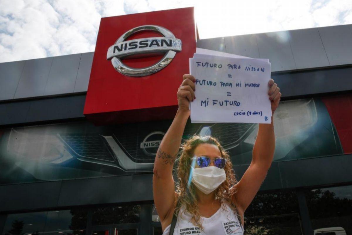 Una trabajadora de Nissan protesta frente a un concesionario de la marca en Barcelona.