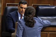 Pedro Sánchez y Pablo Iglesias hablan en un pleno reciente del Congreso.