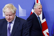 Michel Barnier pasa junto a Boris Johnson.