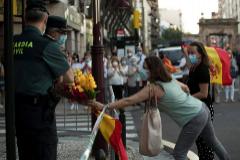 Coronavirus   Decenas de personas se concentran en la sede de la Guardia Civil de Madrid