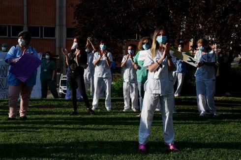 Sanitarios del Hospital Severo Ochoa de Leganés durante una protesta para pedir más recursos para el sistema sanitario el lunes 25 de mayo.