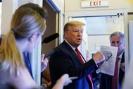 Donald Trump habla con los medios tras asisitir al lanzamiento de SpaceX.