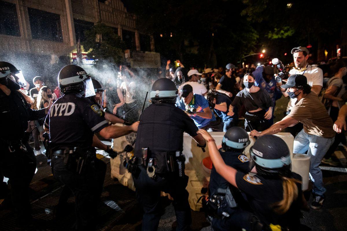 Policías antidisturbios actúan durante una marcha en Brooklyn.