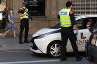 GRAFCAT7118. BARCELONA.- Una patrulla de lt;HIT gt;Mossos lt;/HIT gt; d'Esquadra controla el cumplimiento de las normas de desplazamiento en vehículo en una calle del centro de Barcelona, este viernes, sexagésimo noveno día del estado de alarma por la crisis del coronavirus, cuando el Ministerio de Sanidad ha anunciado que Barcelona y toda su área metropolitana pueden entrar el próximo lunes en fase 1 de la desescalada.