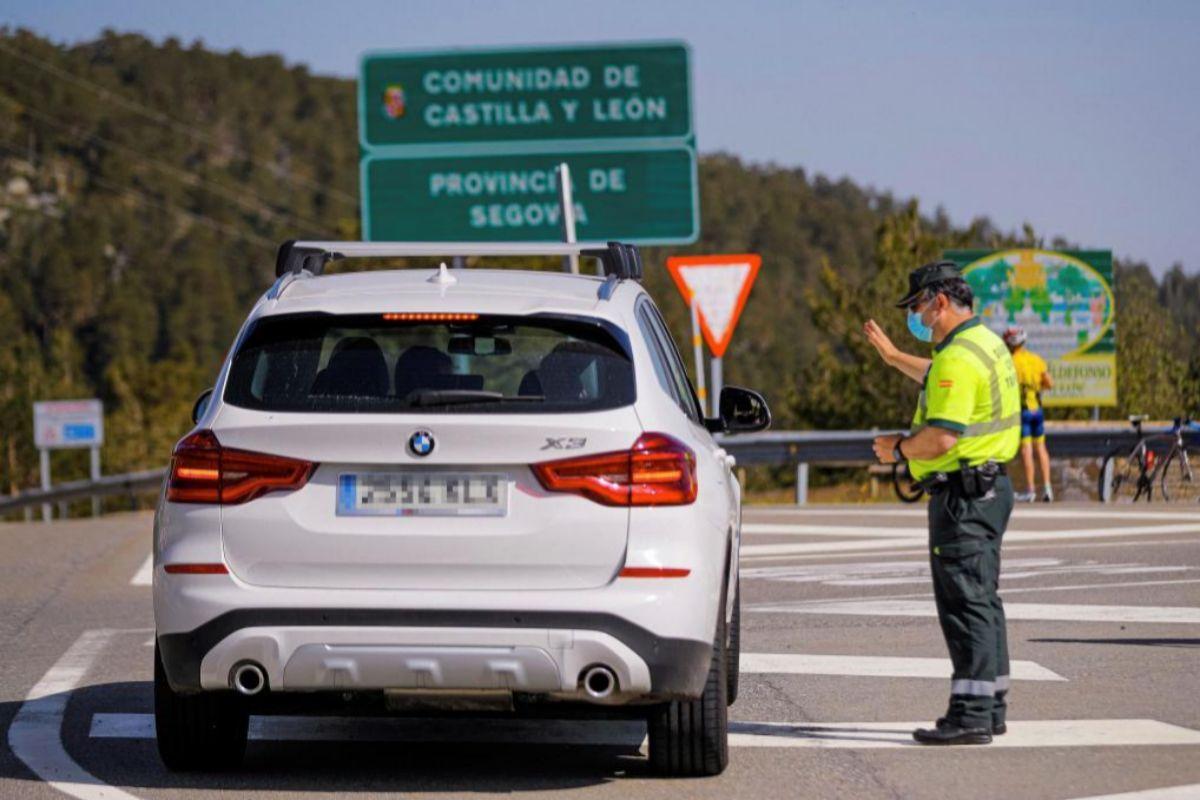 Control de la Guardia  Civil en el puerto de Navacerrada para evitar la salida de vehículos fuera de la Comunidad de Madrid.