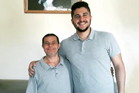 Jad Issa, de 45 años y con síndrome de Down, junto a su hijo Sader, de 23, futuro odontólogo. ÁLBUM FAMILIAR