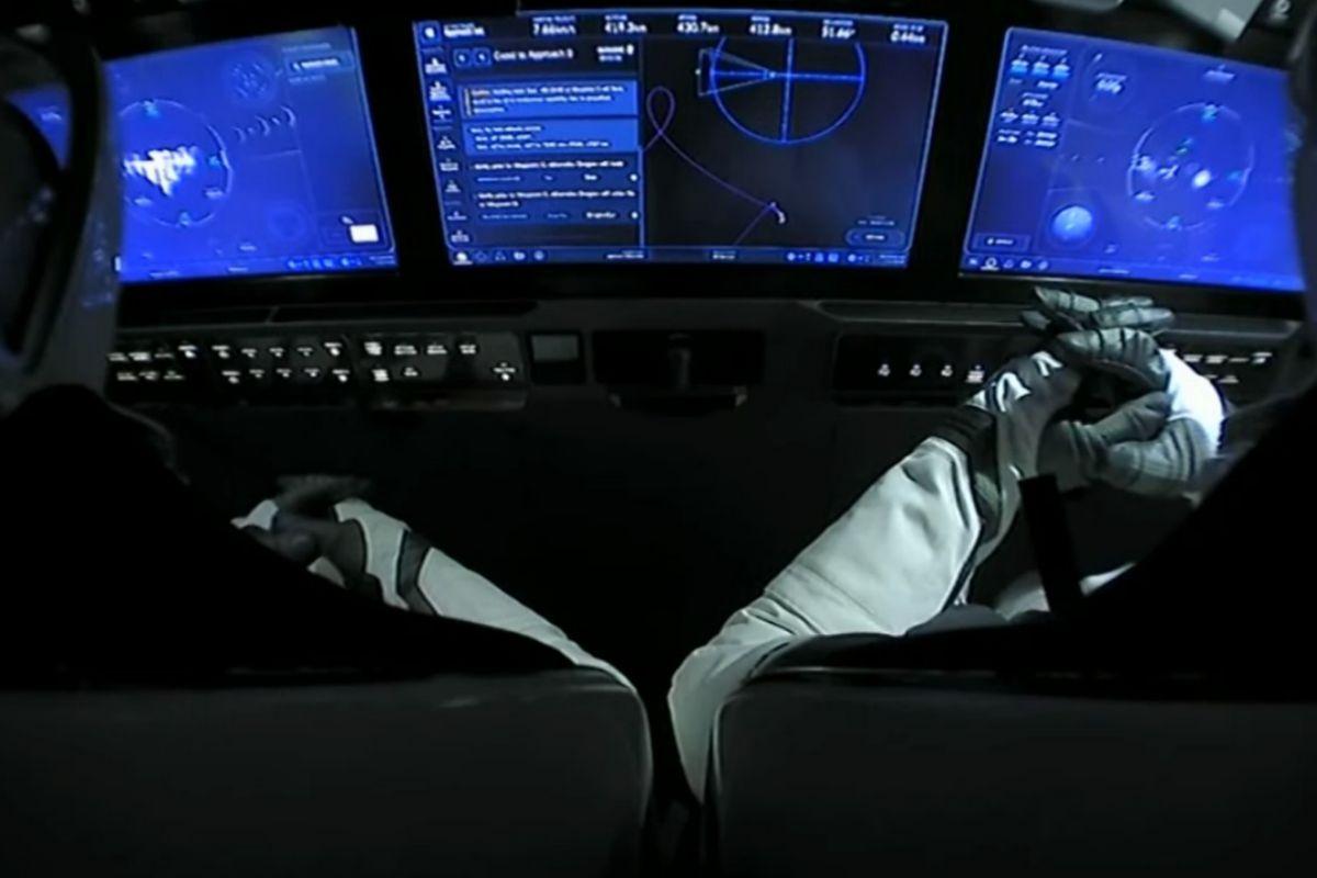 Robert Behnken y Douglas Hurley durante las maniobras para acoplar su nave a la ISS