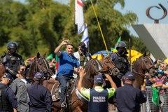 El presidente de Brasil, Jair Bolsonaro, a caballo, en Brasilia.