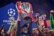 Klopp alza el título de la Champions.