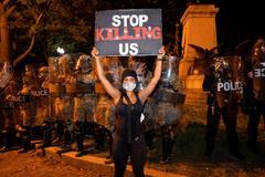 """Una manifestante con el mensaje """"Dejad de matarnos"""", en Washington."""