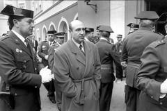 Luis Roldán (Zaragoza, 1943), durante la toma de posesión de su sucesor al frente de la Guardia Civil, Ferran Cardenal, en 1993.