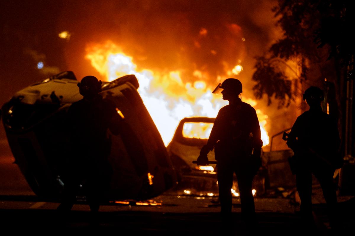 Fuego y destrozos en las protestas de Washington pese al toque de queda.